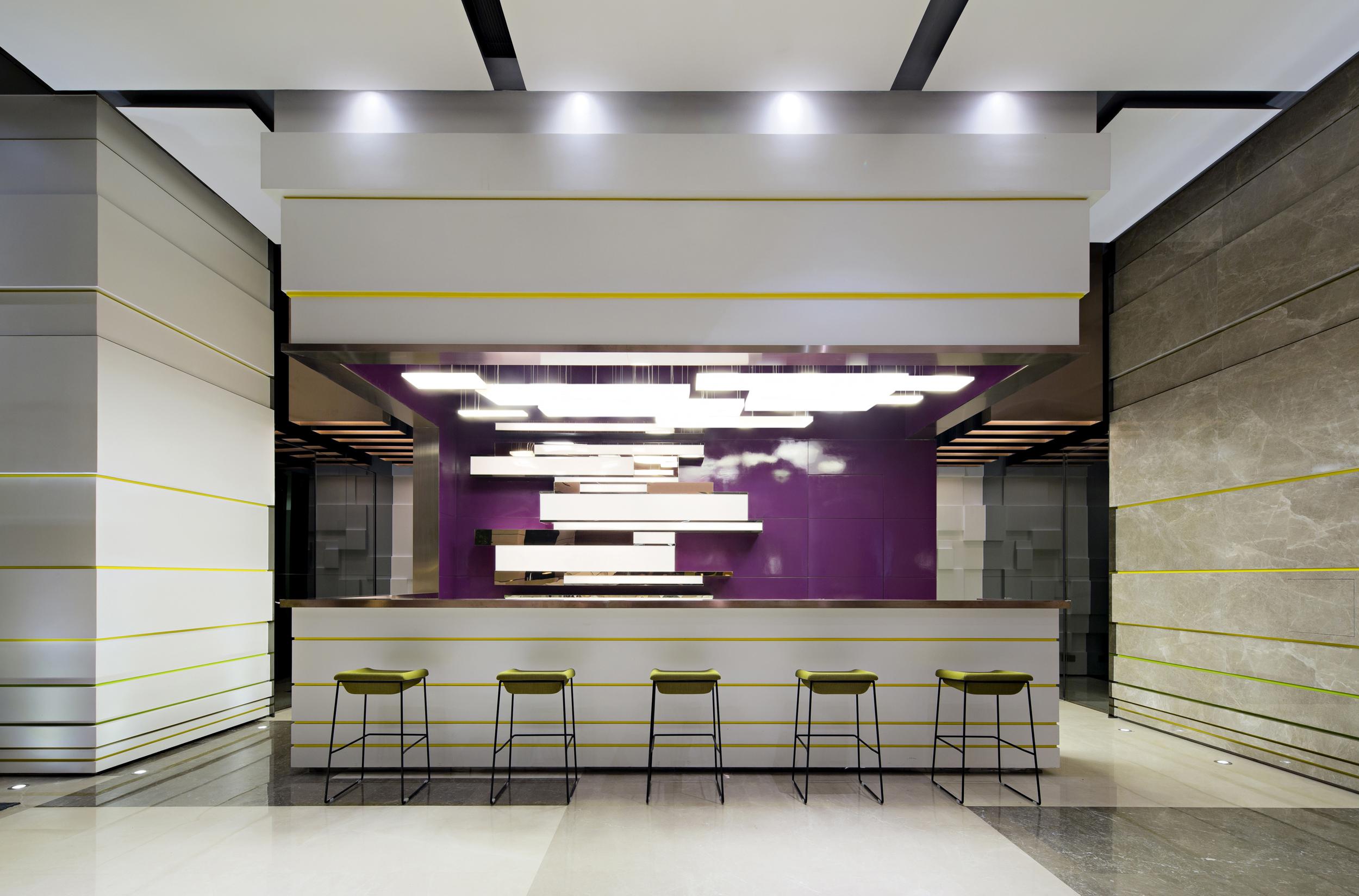"""一、功能 这是万科地产的一个售楼部,售楼部由外广场进入,约800平方米,而样板房则被设计成一个类似橱窗般的玻璃盒子镶入售楼部空间中,使售楼部与样板房两个功能空间合二为一,这种一体化的设计颠覆了传统的两点一线的销售模式,为产品的销售赢得了宝贵的时间。 二、氛围 本售楼部设计希望用跳跃的色彩,清新的色调,时尚的家具以及动感的音乐为年轻人提供一个轻松愉悦并有亲和力空间,走进空间如同参加一次""""派对""""。 三、材质 大理石、烤漆板、乳胶漆、不锈钢、玻璃、防火板 四、灯光 造型天花的处理能将照明"""