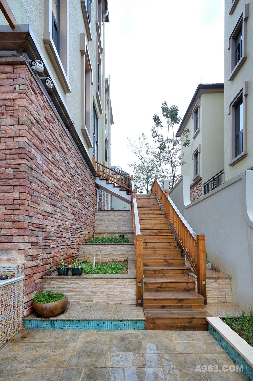 一楼阳台封闭作为储物间,并设计楼梯方便直接进入后花园;二层餐厅及一